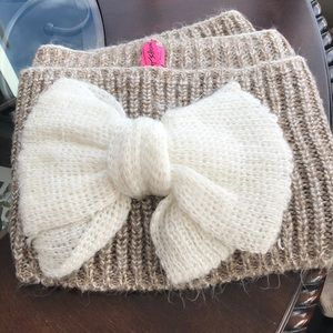Betsey Johnson beige and white bow Infinity scarf